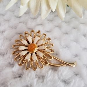 Vintage daisy pin, gold tone. Excellent condition.